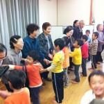 桜町「園児と1人暮らし高齢者との交流」
